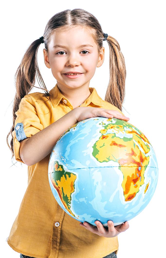 Kind mit Weltkugel